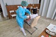 V celoslovenskom systéme očkovacej čakárne termín na očkovanie dostali už aj mladšie ročníky, zatiaľ čo niektorí starší ešte na očkovanie čakajú.