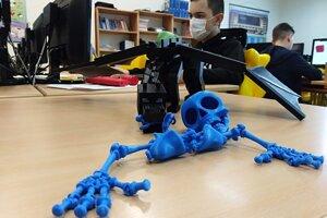 3D tlačiareň dokáže vyrobiť rôzne predmety.