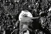Sonda OSIRIS-REx na povrchu asteroidu Bennu.