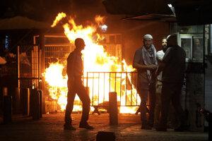 Palestínčania sa zhromaždili v blízkosti požiaru horiaceho vedľa Damašskej brány v Jeruzaleme.