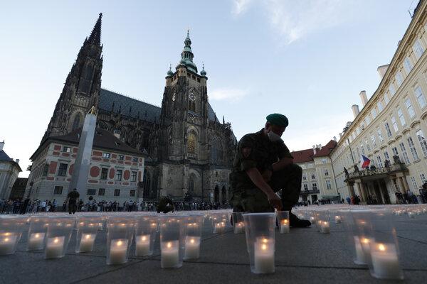 Prezident Zeman zapálil prvú sviečku