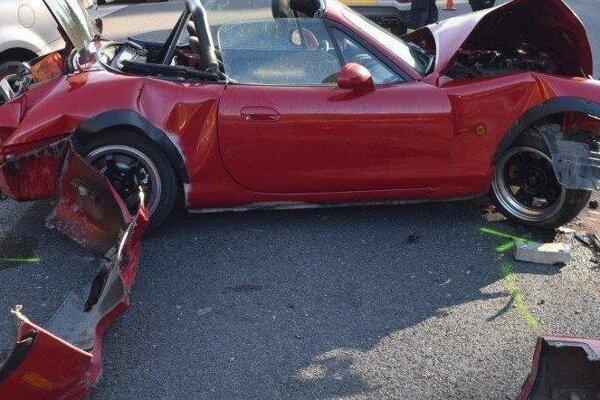 Vodič tejto Mazdy dostal šmyk, narazil do dvoch áut.