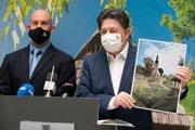 Minister životného prostredia SR Ján Budaj a vľavo generálny riaditeľ Slovenskej agentúry životného prostredia (SAŽP) Michal Maco počas tlačovej konferencie k vyhláseniu nového ročníka národnej súťaže Dedina roka 11. februára 2021 v Bratislave.