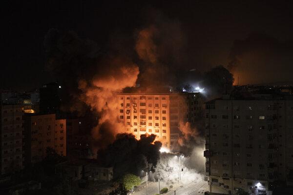Požiare v Gaza City po útoku z Izraela.