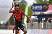 Švajčiarsky cyklista Gino Mäder z tímu Bahrain-Victorious sa teší z triumfu v 6. etape cyklistických pretekov Giro d'Italia.