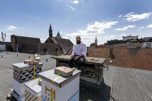 Včelár Róbert Kňažko sa stará o úle na streche radnice.