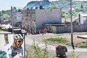 Pohľad priamo z cesty, ktorou by mala viesť trať prestížnych pretekov so svetovými tímami v obci Jasov na východe Slovenska.