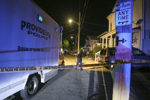 Policajti zabezpečujú dôkazy po streľbe, ku ktorej došlo v meste Providence.