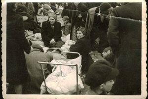 V roku 1942 deportovali aj matky, malé deti, bábätká. Záber pochádza zo Stropkova.