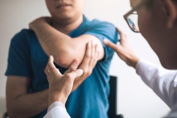 K bolestiam v ramene dochádza po úrazoch, poraneniach, pri športe, ale aj pri preťažení či opotrebovaní kĺbu.