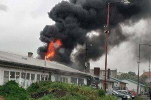 Požiar autodielne v Leviciach.