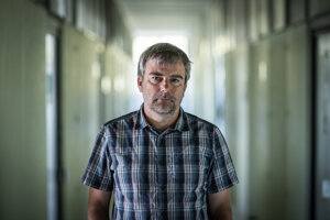 Richard Kollár, matematik a aktivista z Iniciatívy Veda pomáha.