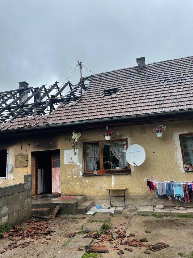 Požiar zasiahol aj strechu vedľajšej bytovej jednotky.