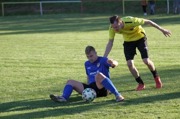 V Bábe si veľa sľubujú aj od Samuela Töröka (na zemi), ktorý nie tak dávno trénoval s áčkom prvoligového FC ViOn.