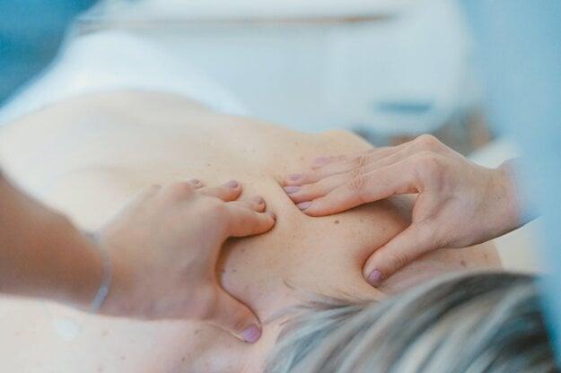 Ak vás bolesti ramien prekvapili po prvýkrát a ich príčinou je preťaženie či presilenie svalov, pomôcť vám môže fyzioterapeut.