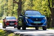 Peugeot 2008 a pred ním jeho elektrická verzia e-2008.