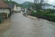 Obec zaplavila voda.
