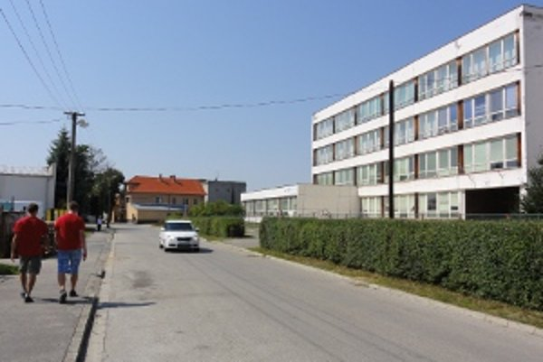 ZŠ Robotnícka. Názov školy evokuje komunistické pomenovania. Škola sa ho zatiaľ odmietla vzdať.