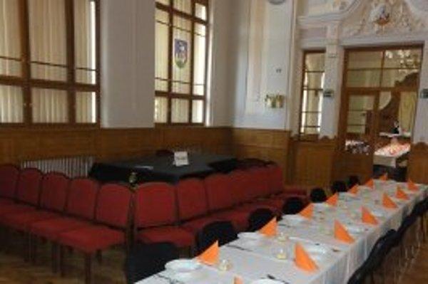 Obedy poslancov počas augustového zasadnutia krajského parlamentu sú nachystané - servírovali sa pár centimetrov od vzácneho klavíra a navyše v koncertnej sále, ktorej namerali určité akustické hodnoty, aké nie sú nikde na svete.