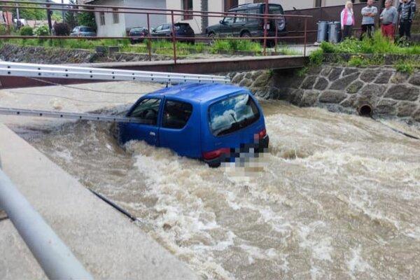Policajti s ďalšími záchrannými zložkami zachránili 78-ročnú vodičku z vozidla, ktoré skončilo v rozvodnenom potoku.