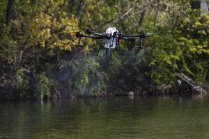 Dron postrekuje hladinu jazera Malý Draždiak biologickým prostriedkom BTI počas tlačovej konferencie k monitoringu komárov v aktuálnej sezóne.