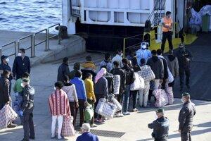 Utečenci čakajú na testovanie pri lodi GNV Azzurra na ostrove Lampedusa.