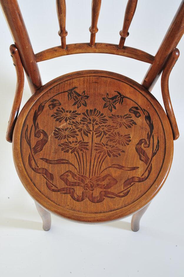 Sedák stoličky s vypaľovaným dekorom (Fond Hornonitrianskeho múzea v Prievidzi)