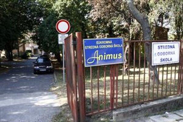 V areáli bývalej základnej školy dnes sídlia dve stredné školy, sú v podnájme.