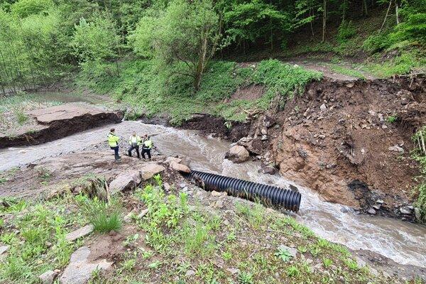 Nádrž v Rudne nad Hronom aj s ropadnutou hrádznou stenou po bleskovej povodni
