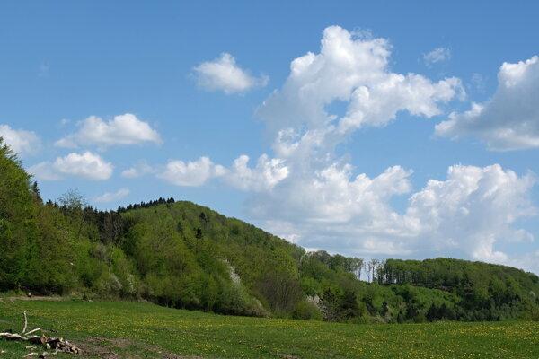 Pohľad na hradný kopec od západu.