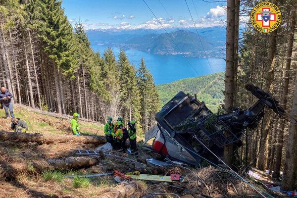 Kabína lanovky sa zrútila neďaleko vrchola hory Mottarone v regióne Piemont
