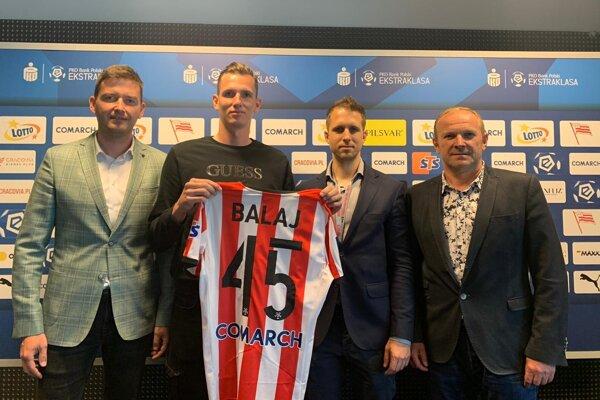 Filip Balaj po podpise v Cracovii Krakov zapózoval so svojimi agentmi Matejom Ivanom (vľavo) a Milanom Lednickým (úplne vpravo), po kanonierovej ľavici Tomasz Baldys z manažmentu 115-ročného klubu.