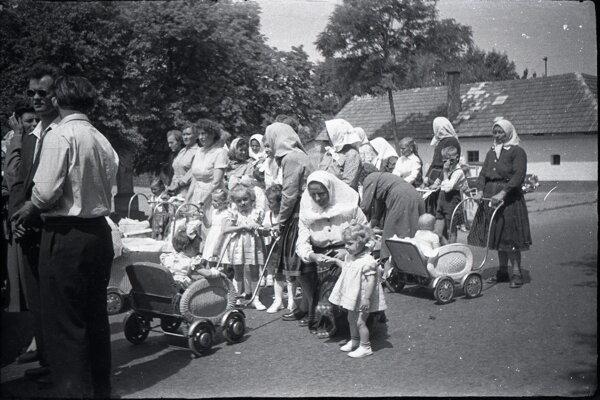 Drahovčania počas májových pobožností v obci.