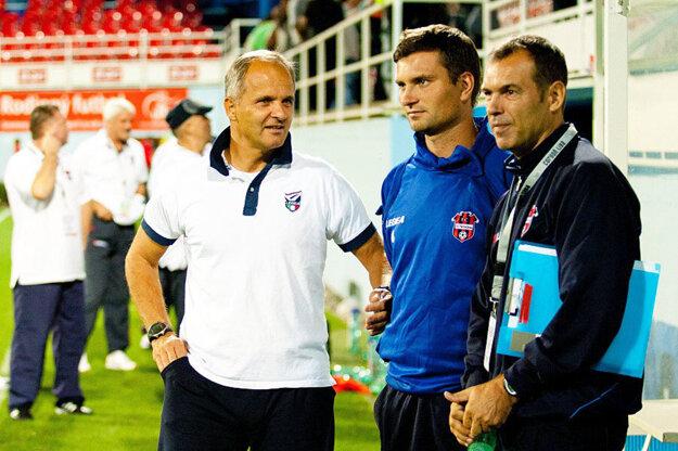 Juraj Jarábek (prvý zľava) trénoval FC ViOn v 172 zápasoch prvej ligy. Podpísaný je aj pod postupom do nej i šiestym miestom zo sezóny 2010/11.