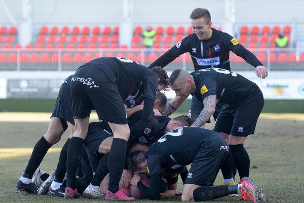Históriu FC ViOn píšu títo muži. Balaj a spol. dnes zdolali Trenčín 2:0 a v piatok v Žiline hrajú finále play-off o postup Konferenčnej ligy UEFA.