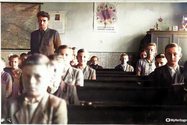Škola v Socovciach. Učiteľ Kŕč so svojimi žiakmi v 50-tych rokoch. Neskôr sa začalo chodiť do školy v Kláštore pod Znievom.