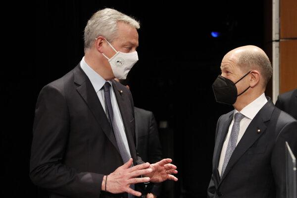 Francúzsky minister hospodárstva a financií Bruno Le Maire (vľavo) a nemecký minister financií Olaf Scholz.
