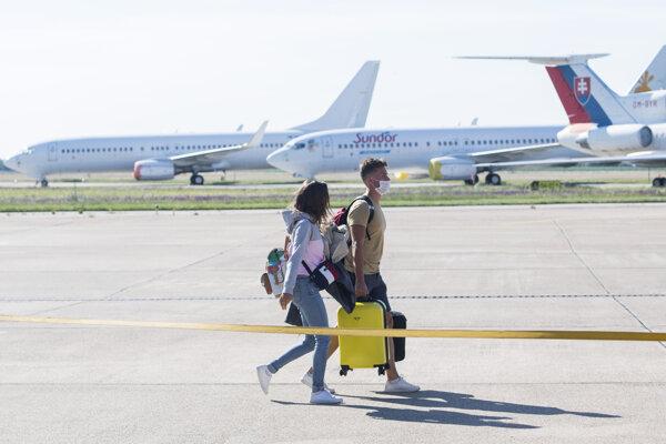Cestujúci kráčajú po letiskovej dráhe na bratislavskom letisku M. R. Štefánika.