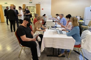 Atmosféra počas opätovného spustenia očkovania proti COVID-19 zamestnancov škôl s organizáciou ministerstva školstva a mestskou časťou Bratislava - Vajnory.
