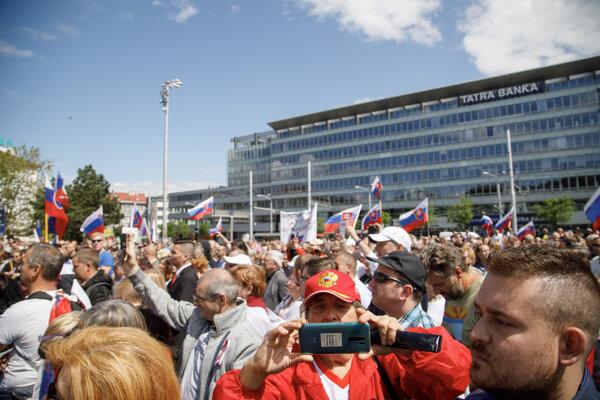 Protest pred prezidentským palácom.