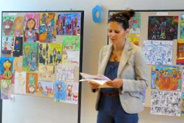 Výstavu detských prác v KOS otvorila Petra Šteffeková z KKM IRR.