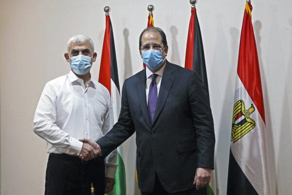 Politický vodca Hamasu pre oblasť pásma Gazy Jahjá Sinwár so šéfom egyptskej spravodajskej služby Abbásom Kámilom.