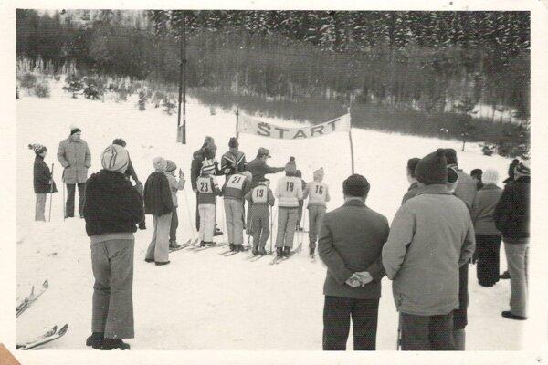 Lyžiarske preteky. Turisti organizovali v dedine aj rôzne športové súťaže pre deti.