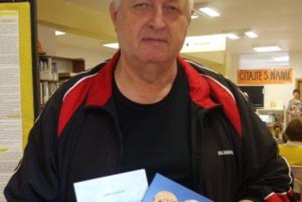 Ladislav Spišiak s dvoma zo spomínaných publikácií.