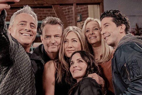 Priatelia po 17 rokoch. Špeciálna epizóda sa volá Friends: Reunion.