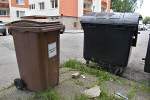 Kuchynský odpad patrí do hnedých nádob. V Humennom sú na Sídlisku III.