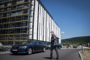 Minister zdravotníctva Vladimír Lengvarský pred budovou nemocnice Bory.