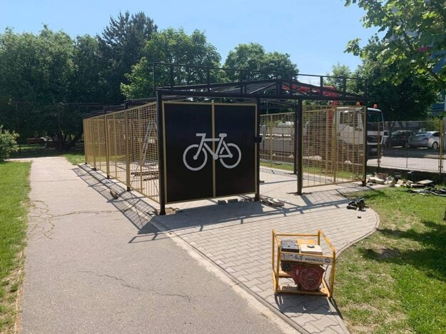 Úschovňa pre bicykle a kolobežky v areáli ZŠ MŠ Lúky.
