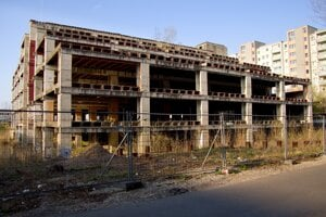 Po projekte Yosaria Plaza zostal iba skelet, ktorý domáci volajú Hirošima.