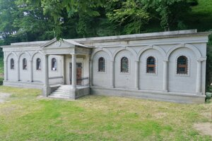 Obnovená hrobka rodiny Barkóczyiovcov na hradnom kopci v obci Sedliská.